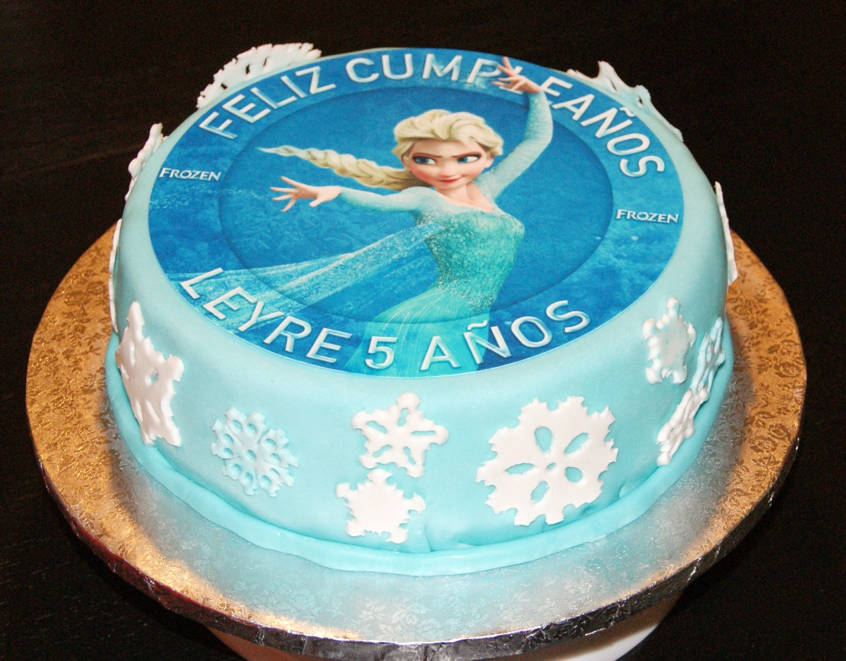 "Tarta de cumpleaños ""Frozen"" conchocolate"