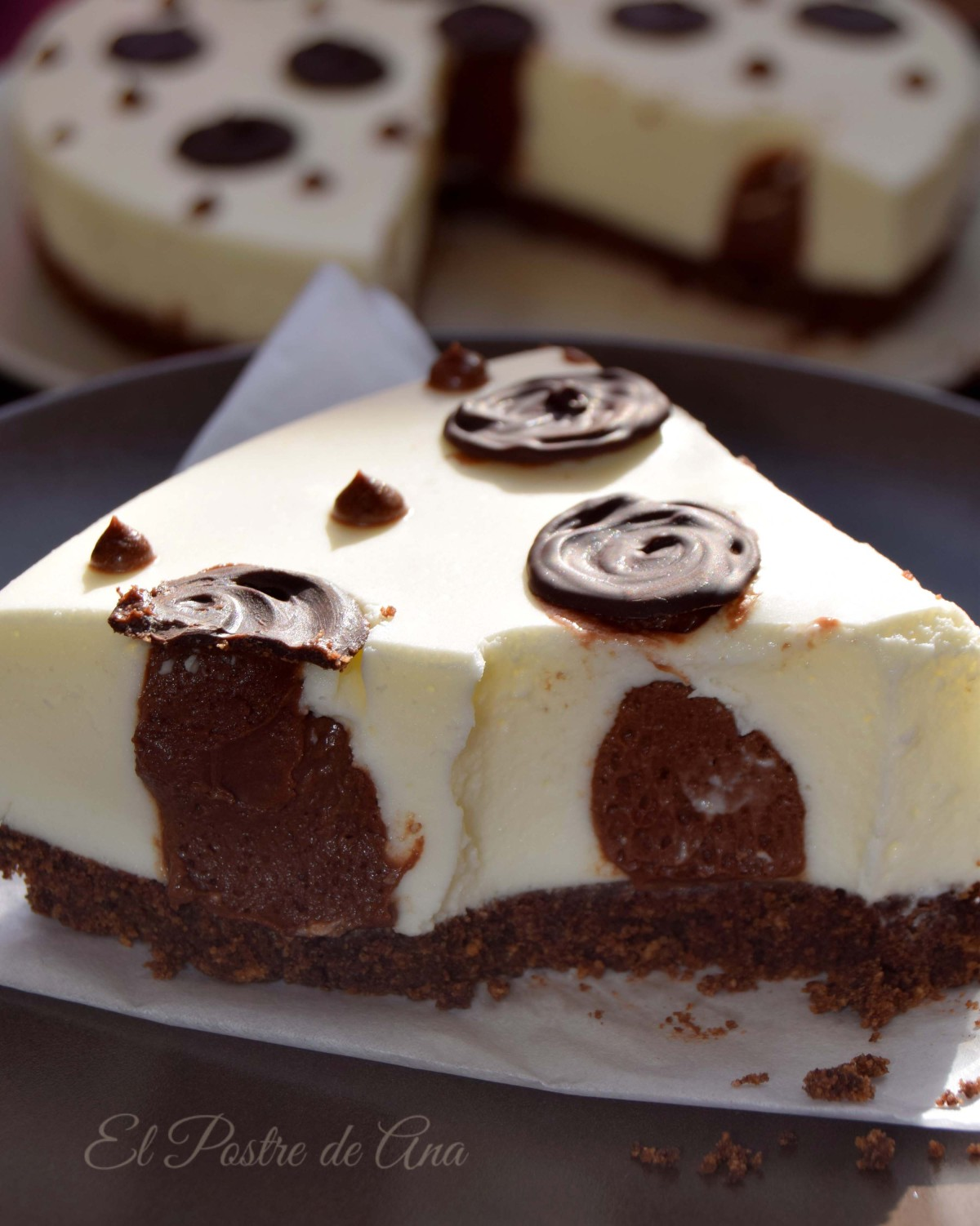 Cheesecake con lunares de chocolate