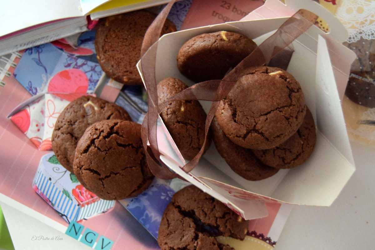 Galletas de chocolate con trozos de chocolate blanco.